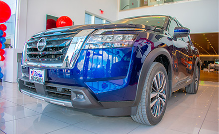 3/4 frontal view of the blue 2022 nissan pathfinder