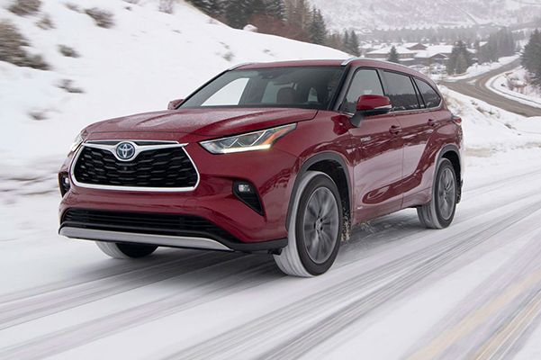 2021 Toyota Highlander driving in snow