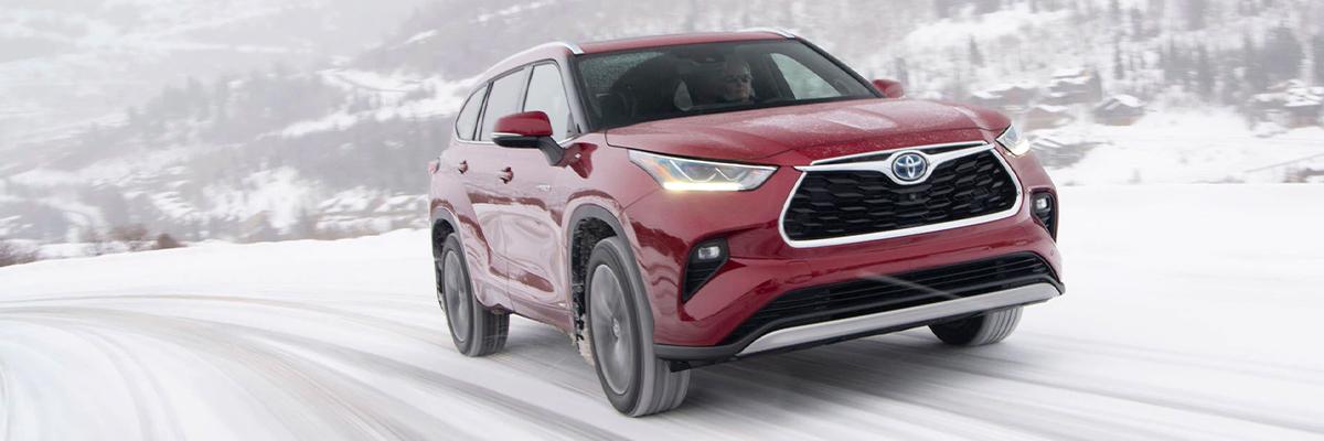 2021 Toyota Highlander driving in snow