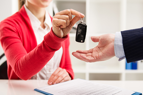 Customer handing over their keys to the dealership after their lease end